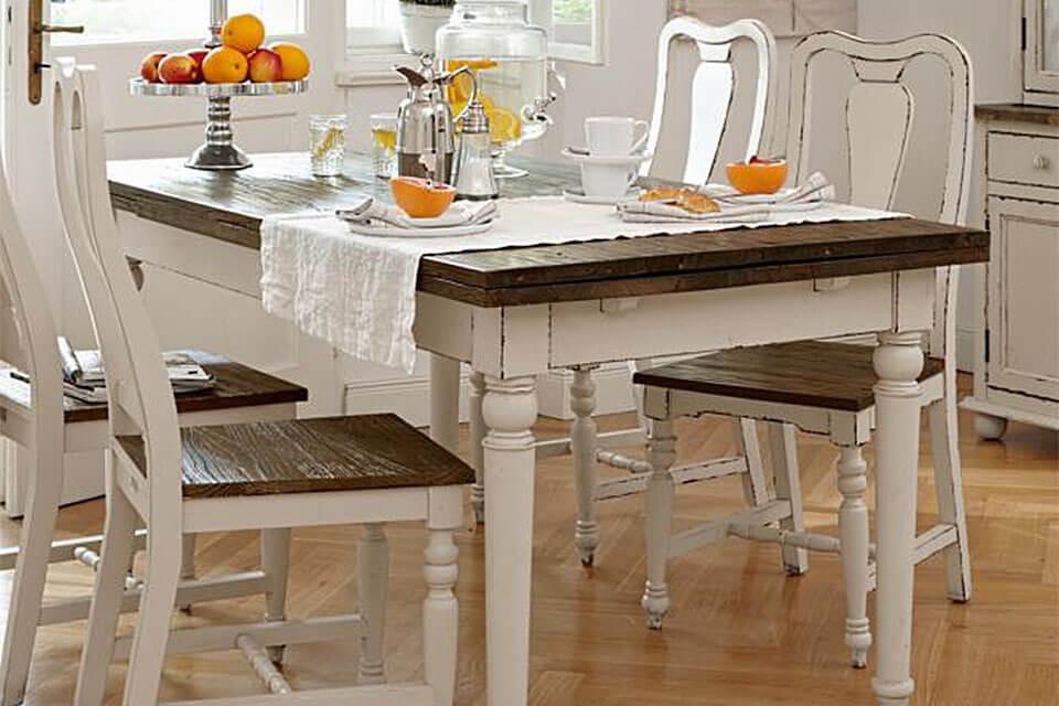 das Bild zeigt einen Landhaustisch mit Stühlen