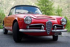das Bild zeigt einen roten Alfa Romeo