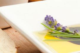 das Bild zeigt Lavendel in Olivenöl auf einem Teller