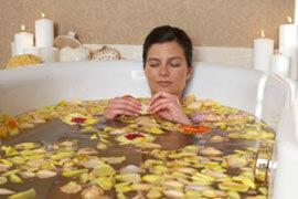 Das Bild zeigt eine Frau in der Badewanne