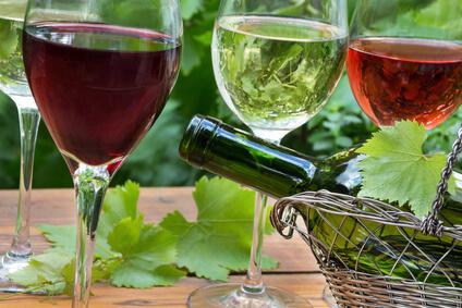 Rotwein, Weißwein und Rose