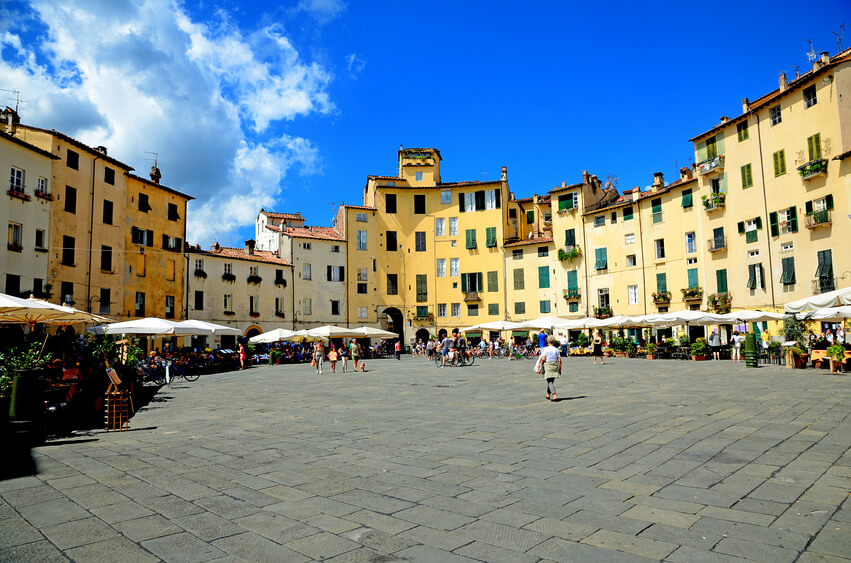 Piazza Anfiteatro in Lucca