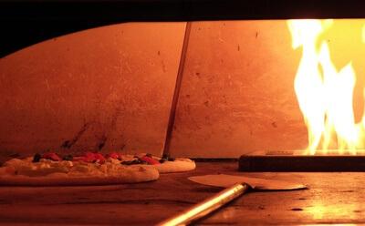 das Bild zeigt eine Pizza im Ofen Bild von Dieter Schütz, pixelio.de