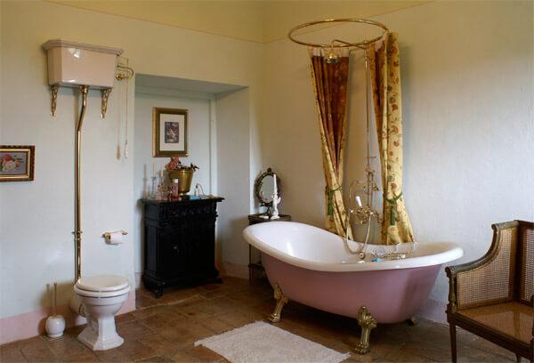 das bild zeigt ein rosa badezimmer