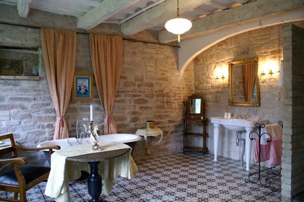 das Bild zeigt ein mediterranes Bad im Parterre der Villa Mancini