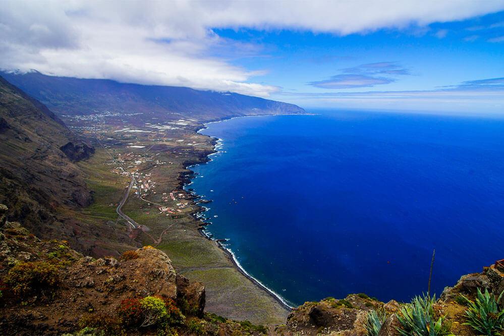 das Bild zeigt einen weiten Blick von El Hierro aufs Meer
