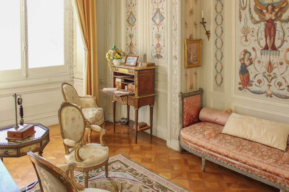 das Bild zeigt ein Boudoir Zimmer in der Villa Ephrussi Rothschild