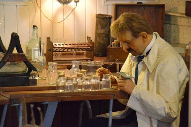 das Bild zeigt Ein nachgebautes Labor des Expeditionsschiffes