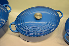 das Bild zeigt einen blauen Topf von Le Cresuet