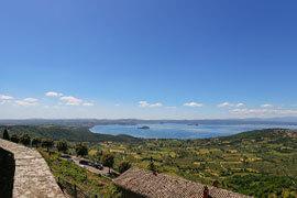 das Bild zeigt den Blick auf den Bolsenasee von Montefiascone aus