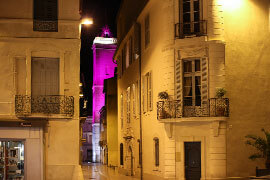 Das Bild zeigt eine Gasse bei Nacht in Nimes