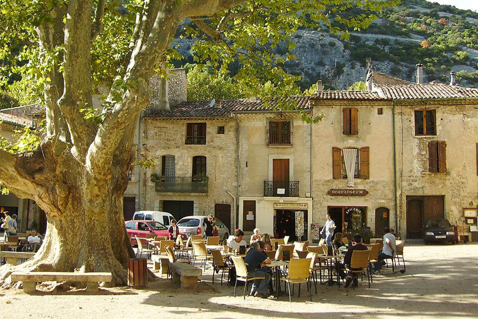 das Bild zeigt den Dorfplatz von Saint Guilhem le Desert