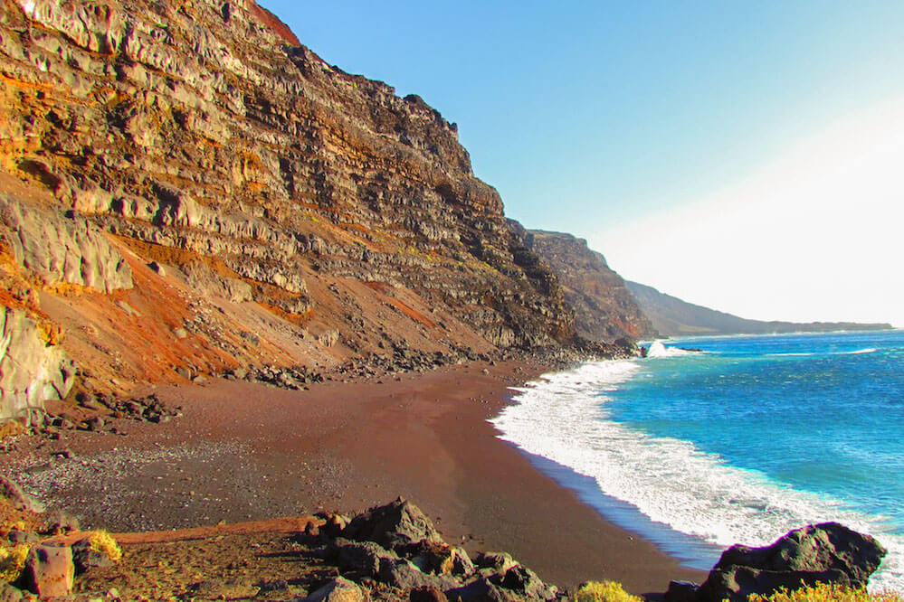 das Bild zeigt den roten Strand des Playa del Verodal