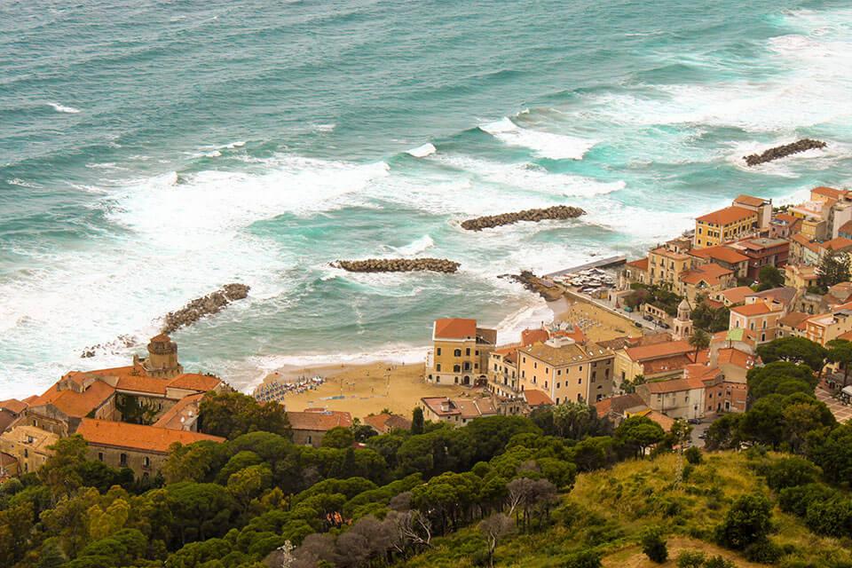 das Bild zeigt Santa Maria di Castellabate von oben