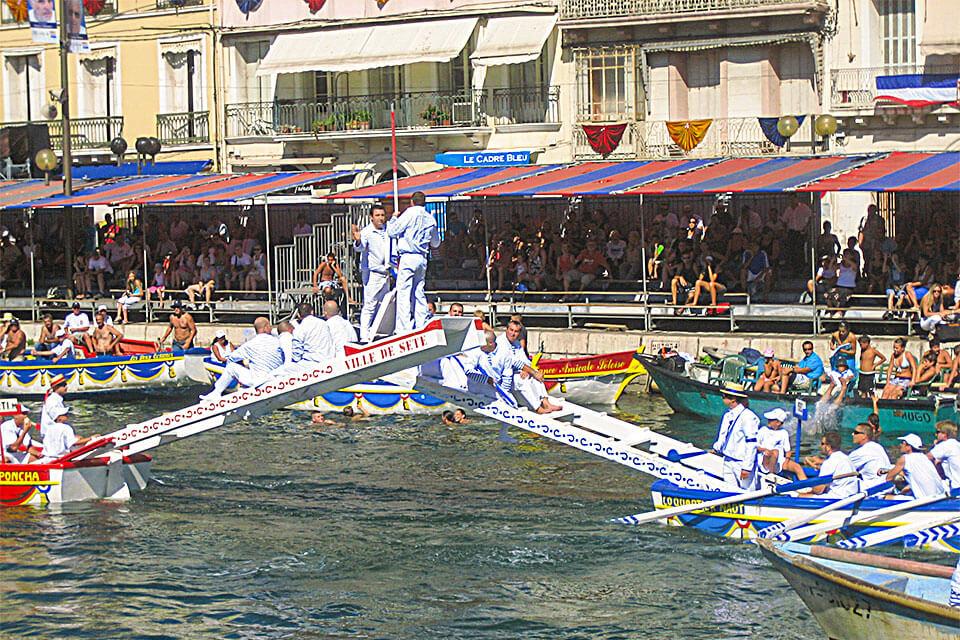 das Bild zeigt 2 Boote im Kampf