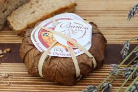 das Bild zeigt den in Blättern eingewickelten Banon Käse