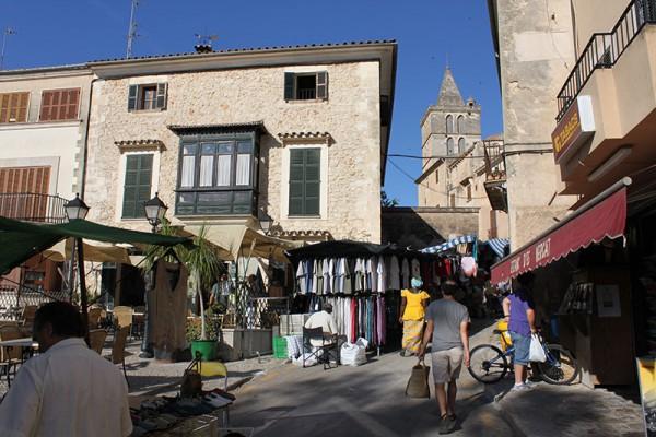 Das Bild zeigt den Markt in Sineu