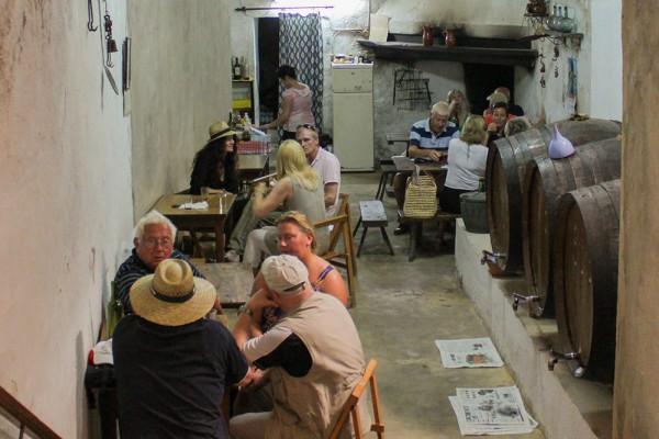 Das Bild zeigt Gäste und die großen botes im Celler