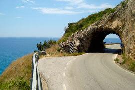 das Bild zeigt eine Küstenstraße im Cilento