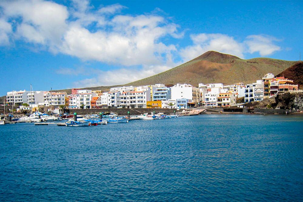 das Bild zeigt das Fischerdorf La Restinga vom Meer aus gesehen