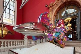 das Bild zeigt einen Hai als buntes Kunstobjekt