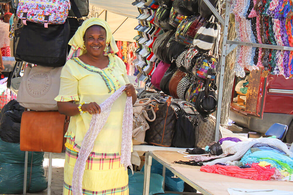 Das Bild zeigt eine schwarze Marktfrau