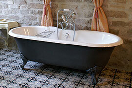 Das Bild zeigt eine freistehende Badewanne