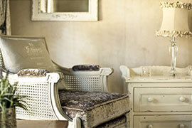 Das Bild zeigt einen Sessel im Landhausstil