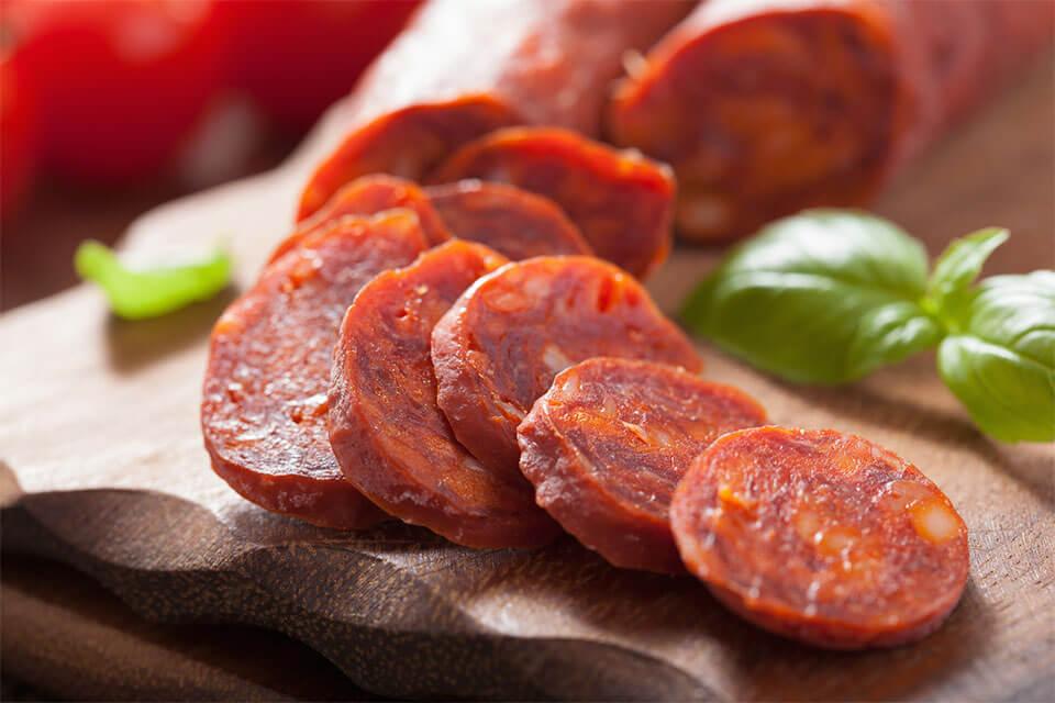 das Bild zeigt Chorizo, die scharfe Paprikasalami