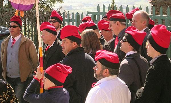 das Bild zeigt Caramelles Sänger mit roten Barretten