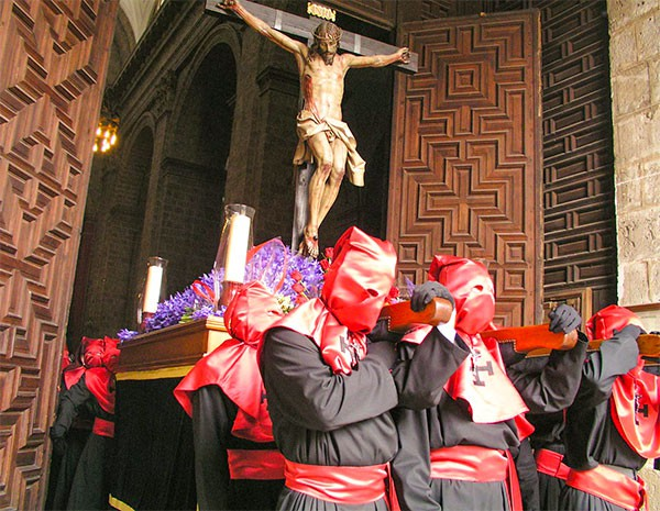 das Bild zeigt eine Prozession der religiösen Bruderschaften