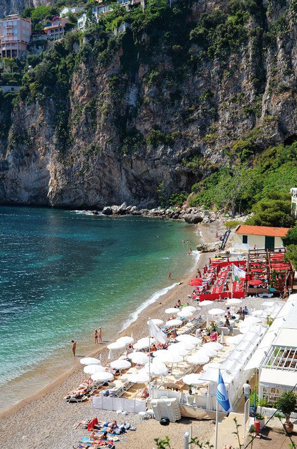 das Bild zeigt einen der schönsten Strände an der Côte d'Azur
