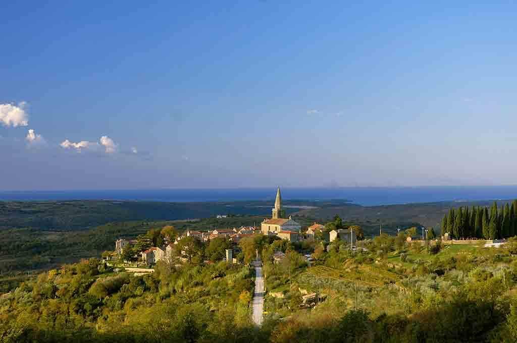 Die Künstlerstadt Groznjan liegt malerisch auf einem Hügel mit Blick auf das Meer