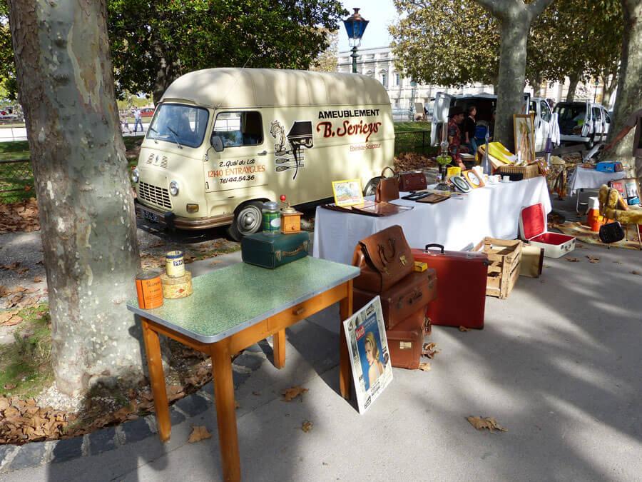 Antiquitätenmarkt am Sonntag auf dem Place du Peyrou