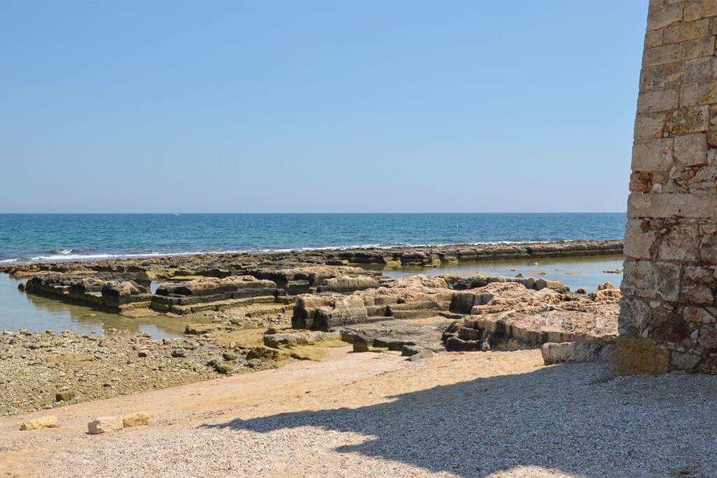 Der Strand mit antiken Mauerresten in San Vito © Siegbert Mattheis