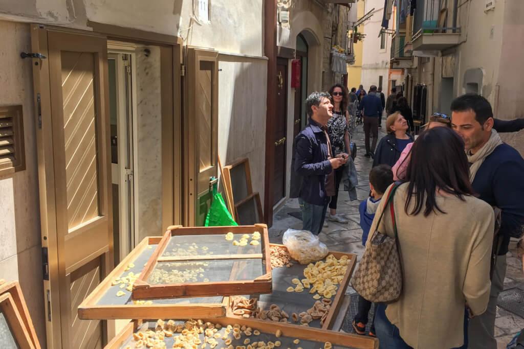 In der engen Gasse Basso Alto stellen viele Frauen ihre Orecchiette auf der Straße her © Siegbert Mattheis