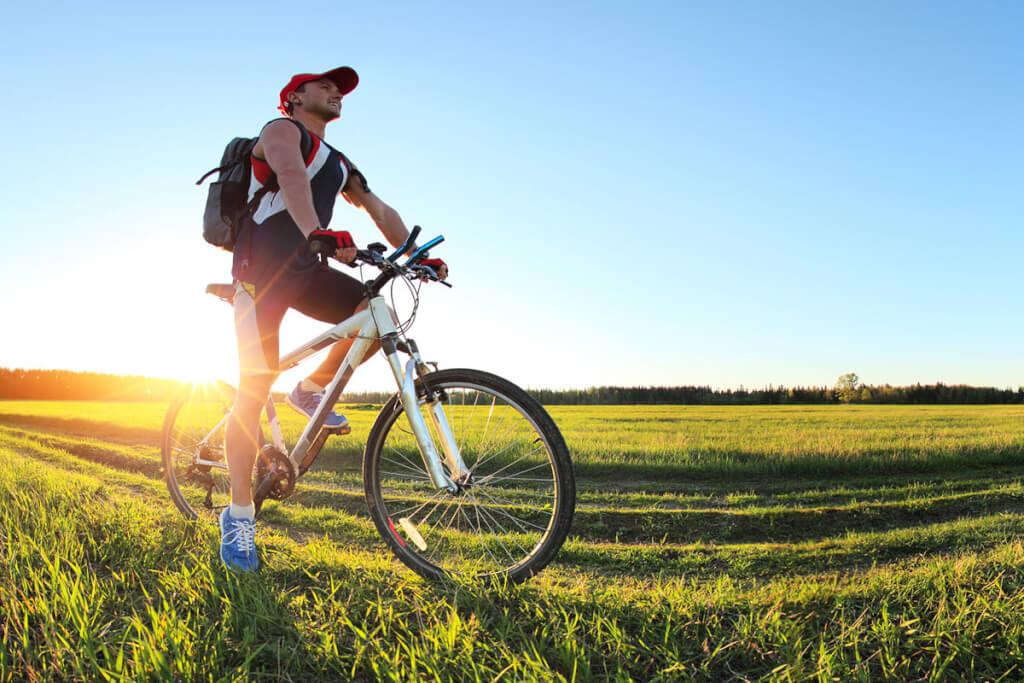 Ein Fahrradfahrer auf einer Wiese