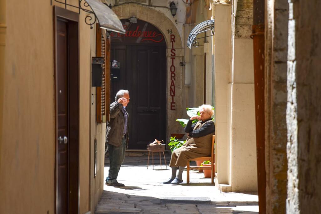 Italienisches Gespräch, zwei Männer reden in der Gasse