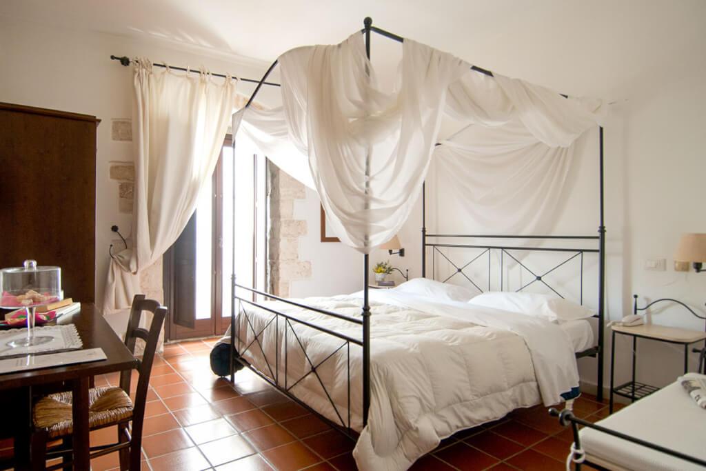Ein Zimmer mit wunderschönem Himmelbett im Corte Altavilla © Corte Altavilla