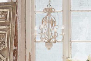 Leuchter Assenay In Creme Vor Einem Fenster