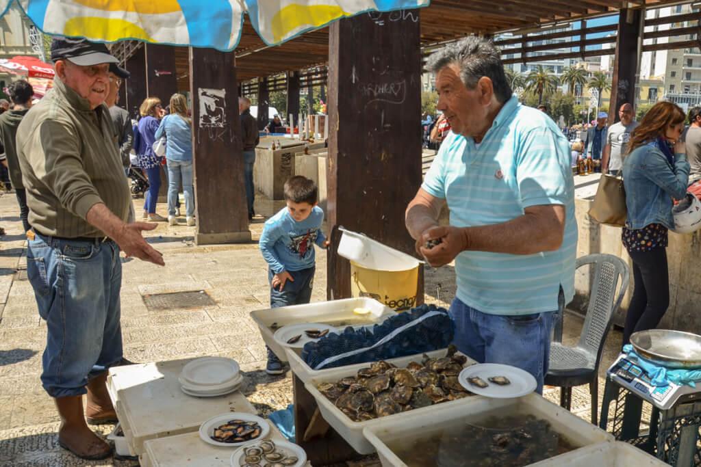Frische Austern auf dem Fischmarkt am Hafen © Siegbert Mattheis