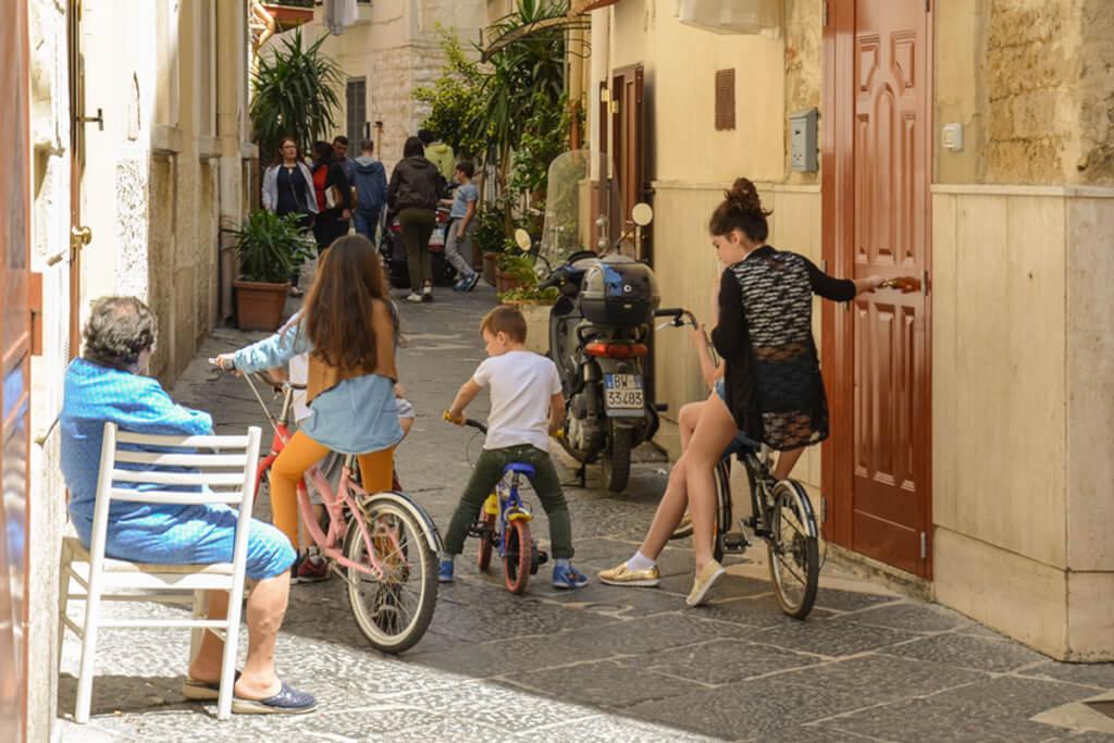 In Bari Vecchia spielt sich das Leben in den Gassen ab © Siegbert Mattheis