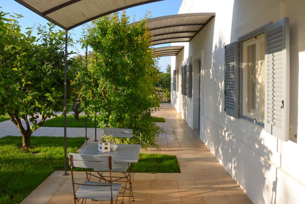 Die mit einer stilvollen Pergola überdachten Terrassen der Zimmer © Siegbert Mattheis