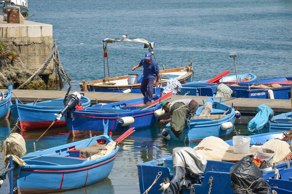 Die typischen Fischerboote im Hafen von Monopoli © Siegbert Mattheis