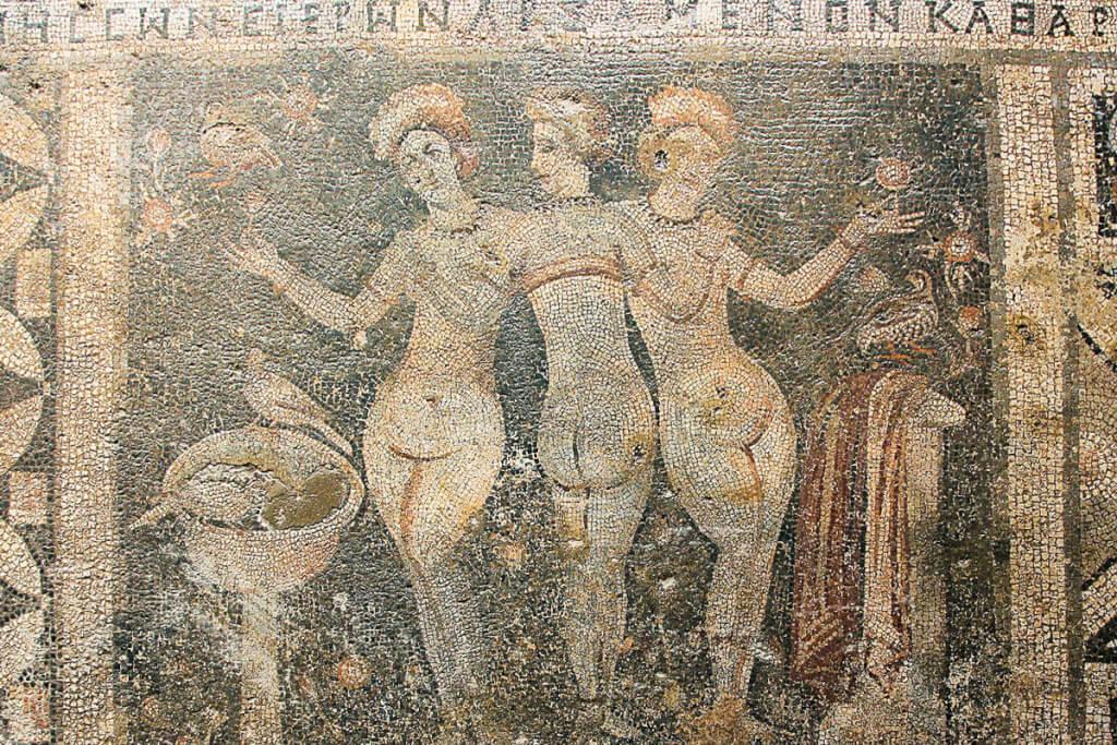Die drei Grazien in Korykos © Klaus-Peter Simon, Wikipedia