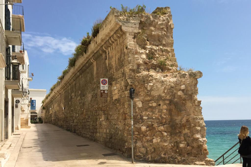 Die alte Stadtmauer von Monopoli in Apulien © Siegbert Mattheis