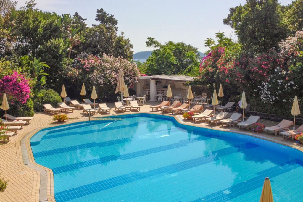 Der grandiose Pool inmitten eines duftenden mediterranen Gartens © Siegbert Mattheis