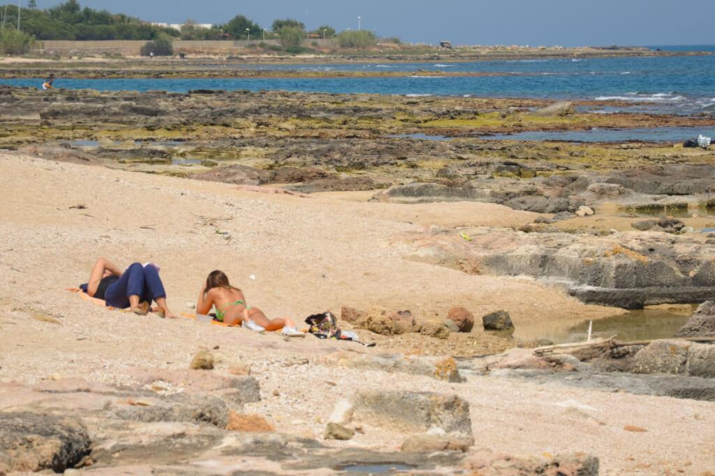 Strand bei San Vito, dort geht man durch griechische Häuserreste ins Meer © Siegbert Mattheis