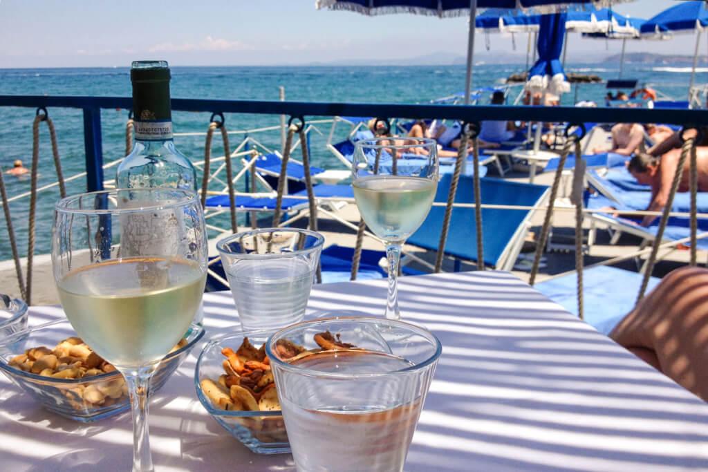 Herrlich entspannen bei kühlem Weißwein im Strandbad © Siegbert Mattheis