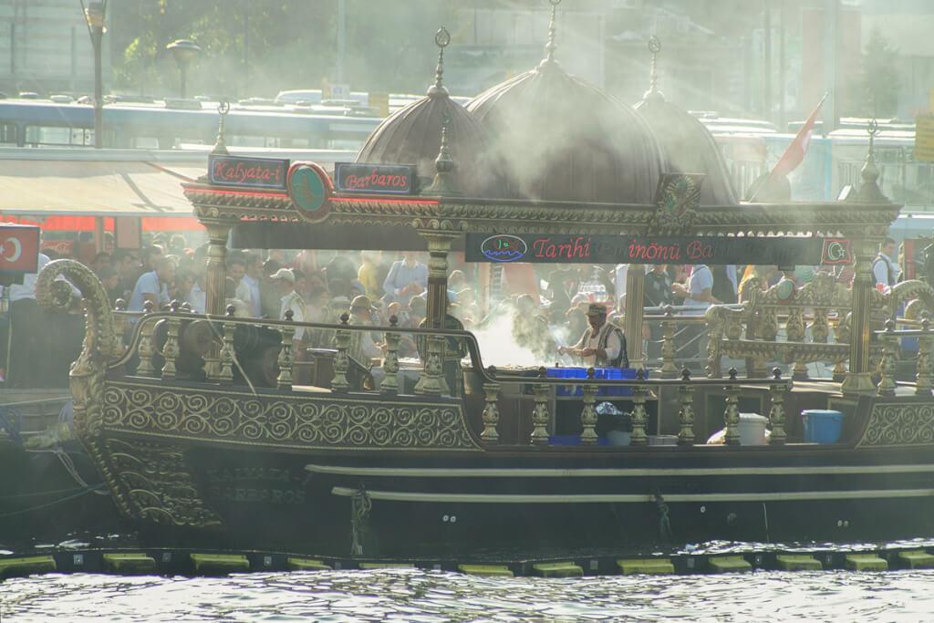 Eins der Boote, die an der Mole balik ekmek verkaufen © Siegbert Mattheis